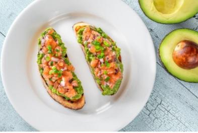 Dietetyczne śniadanie na szybko - grzanki z łososiem i guacamole