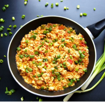 Pomysł na zdrowe śniadanie - tofucznica z pomidorkami